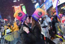 صورة لماذا تبادل الأمريكيون القبلات في آخر 10 ثواني من 2018؟.. تعرف على السر