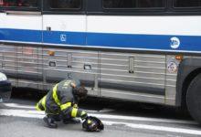 صورة سائق حافلة يدهس قدم مسنة ويجرها على الأرض لمسافة 10 أمتار في مانهاتن