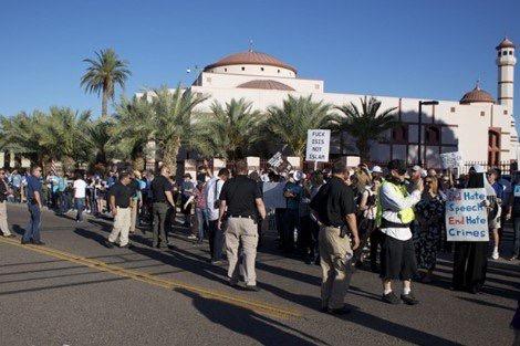صورة أمريكي يدخل مسجدا في أريزونا ويهدد الإمام بالذبح وهكذا تصرفت معه الشرطة