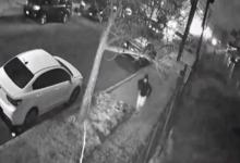 صورة شرطة كوينز تنشر فيديو لرجل حاول الاعتداء جنسيًا على سيدة في الشارع
