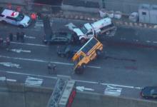 صورة بالفيديو.. إنقلاب حافلة مدرسية إثر اصطدامها بسيارة في كوينز