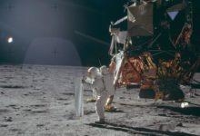 صورة بث مباشر في نيويورك سيتي من قمر صناعي احتفالا بذكرى أول هبوط على القمر