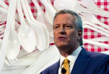 صورة عمدة نيويورك يوقع قرارًا يمنع المؤسسات من شراء منتجات البلاستيك