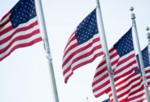 صورة بالفيديو.. مظاهرات أمام البيت الأبيض وجندي سابق ينقذ العلم الأمريكي من الحرق