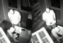 صورة لصان يسرقان صندوق تبرعات مسجد في بروكلين بعد الصلاة (فيديو)