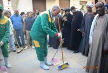 صورة محافظ مصري يرتدي زي عمال النظافة ويشارك في تجميل الشارع (صور)