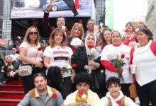 صورة مصريون يحتفلون بالذكرى السادسة والأربعين لنصر أكتوبر/تشرين في «تايمز سكوير»