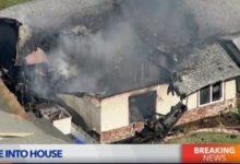 صورة اشتعال النيران بمنزل في كاليفورنيا بعد تحطم طائرة صغيرة فوقه