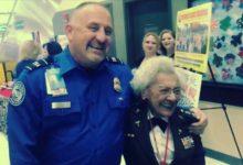 صورة عجوز أمريكية تتحدى شرطي في الضغط بمطار ولاية أريزونا