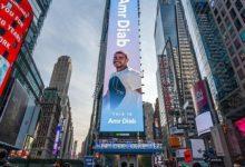 صورة صورة ضخمة لعمرو دياب على بناية في وسط «تايمز سكوير»