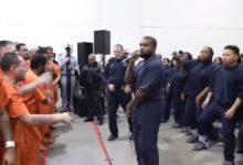 صورة بالفيديو.. كاني ويست يؤدي عرضًا موسيقيًا لسجناء بولاية تكساس