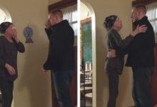 صورة بالفيديو.. لحظات مؤثرة لشاب حقق أمنية والدته مريضة السرطان في الكريسماس