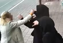 صورة حاولت خنقها.. أمريكية تواجه تهمة الكراهية بعد اعتدائها على سعودية بأوريغون