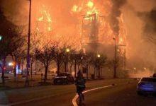صورة حريق ضخم يلتهم موقع بناء في نيوجيرسي