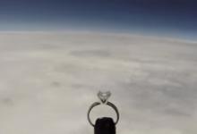 صورة فيديو.. طيار أمريكى يرسل خاتم خطوبة لحبيبته من الفضاء فى عيد الحب