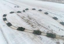 صورة احتفالا بعيد الحب.. شاهد ضابط روسى يطلب حبيبته للزواج بـ16 دبابة