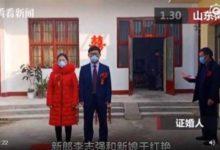 صورة في 10 دقائق.. طبيب صيني يقيم حفل زفافه بسبب فيروس كورونا