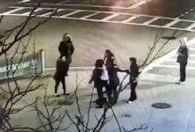 صورة سيدتان تهاجمان امرأة وابنتها بالضرب والعض بسبب تحدثهما اللغة الإسبانية ببوسطن.. فيديو