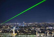 صورة أشعة ليزر تحرق عين طيار فى سماء مدينة أكسفورد البريطانية