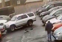صورة فيديو.. سائق يحطم سيارتين بجراج في نيويورك