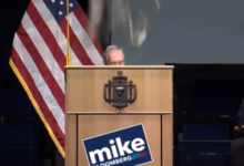 صورة ترامب يسخر من بلومبيرج بفيديو يصور منافسه ينهار عليه حائط