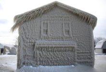 صورة بالصور.. تجمد المنازل المطلة على ساحل بحيرة في نيويورك