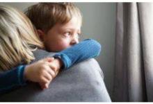 صورة وفاة أمريكية بفيروس كورونا داخل منزلها وطفلها يحتضنها 16 ساعة على أمل عودتها للحياة