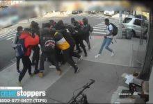 صورة بالفيديو.. مشهد مفزع لحشد مراهقين يضرب فتاة عمرها 15 عاما ببروكلين