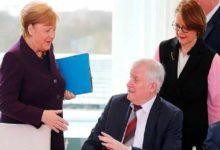 صورة وزير الداخلية الألمانى يرفض مصافحة ميركل خوفا من كورونا.. فيديو