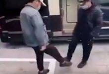 صورة صينيون يبتكرون طريقة مصافحة جديدة خوفا من كورونا (فيديو)
