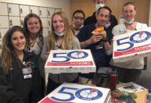 صورة سكان نيويورك يتبرعون بوجبات غذائية للفرق الطبيبة العاملة بمستشفيات الولاية لمواجهة كورونا ( فيديو)