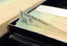 صورة بعض الفئات ستحصل على الأموال بعد 5 أشهر.. ننشر موعد وصول إعانات «كورونا» للأمريكيين