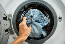صورة الصحة العالمية تجيب على سؤال «إذا كان في بيتك مصاب بكورونا كيف تغسل ملابسه؟»