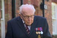 صورة عجوز بريطانى يسير 100 مرة حول منزلة ويجمع 15 مليون دولار لصالح هيئة الصحة (فيديو)