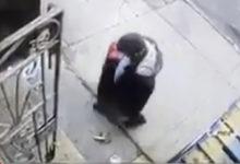 صورة بالفيديو.. مسن يمني يتعرض لحادث سطو في وضح النهار بنيويورك وينجح في التغلب على «اللص»