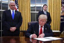صورة ترامب يوقع أمرا تنفيذيا بتعليق الهجرة إلى أمريكا