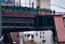 صورة رجل يهدد بالانتحار من أعلى مسارات مترو الأنفاق ببروكلين