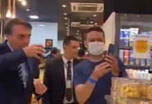 صورة رئيس البرازيل ينتهك قواعد العزل لكورونا «مسح أنفه ثم صافح امرأة» (فيديو)