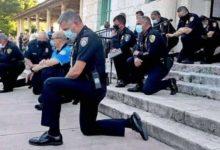 صورة شرطة ميامي تحتوي غضب المتظاهرين بـ«الركوع على الأرض».. والمحتجون يستجيبون