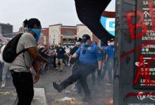 صورة شرطة نيويورك تدين ضابط طرح محتجة أرضا وأهانها