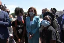 صورة بالفيديو.. نانسى بيلوسى تشارك فى احتجاجات ضد مقتل جورج فلويد