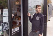 صورة بالفيديو.. رجل أبيض يغلق باب مقهى في بروكلين مطالبا بإزالة لافتة «حياة السود مهمة»