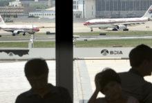 صورة بالفيديو.. فتاة تحطم نافذة طائرة وتضطرها للهبوط بسبب تخلي عشيقها عنها