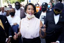 صورة بالفيديو والصور.. الآلاف يتظاهرون فى محيط البيت الأبيض بمشاركة عمدة واشنطن