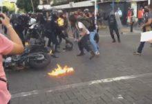 صورة فيديو.. متظاهرون يضرمون النار بضابط شرطة فى المكسيك بسبب كمامة