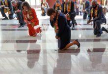 صورة النواب الديمقراطيون ينزلون على ركبة واحدة لمدة ثمان دقائق و46 ثانية تكريما لضحايا عنف الشرطة