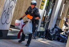 صورة ما حقيقة الصور المنتشرة التي تزعم سرقة بعض عناصر الشرطة الأمريكية للمتاجر؟