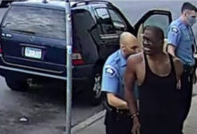 صورة بالفيديو.. سيدة تطارد الضابط الذي اعتقل جورج فلويد داخل متجر بعد إطلاق سراحه