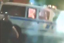 صورة مقطع فيديو يظهر عمليات إلقاء زجاجات حارقة على سيارة للشرطة ببروكلين