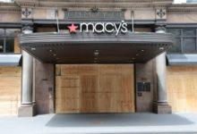صورة بالفيديو.. لصوص يحطمون الأبواب الخشبية ويعتدون على متجر «ماسيز» بمانهاتن